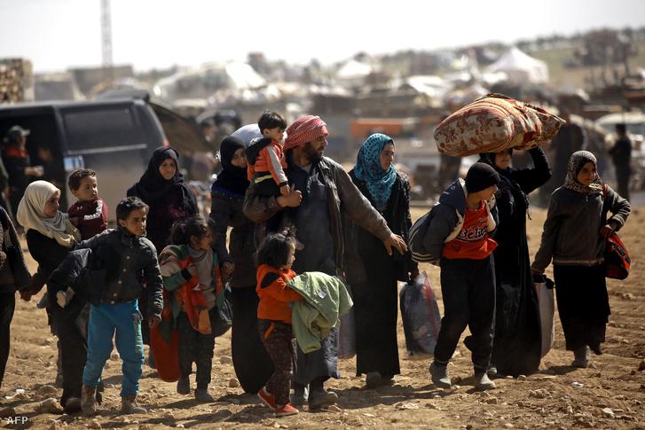 Kitelepített családok érkeznek egy átmeneti táborba Manbídzs közelében