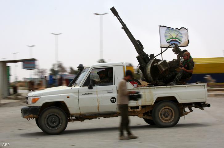Az arab és a kurd harcosok szövetségéből álló, az USA által támogatott Szíriai Demokratikus Erők (SDF) páncélos teherautója Tabqa városában, körülbelül 55 km-re Rakkától