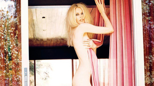 Instahíradó: Claudia Schiffer meztelen testét csak egy függöny takarja