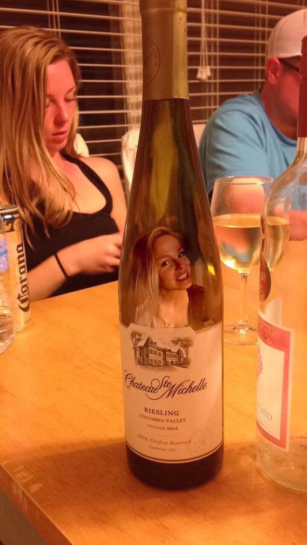 A szőke lány olyan változatos helyeken tűnik fel a képeken, mint például a borosüveg.