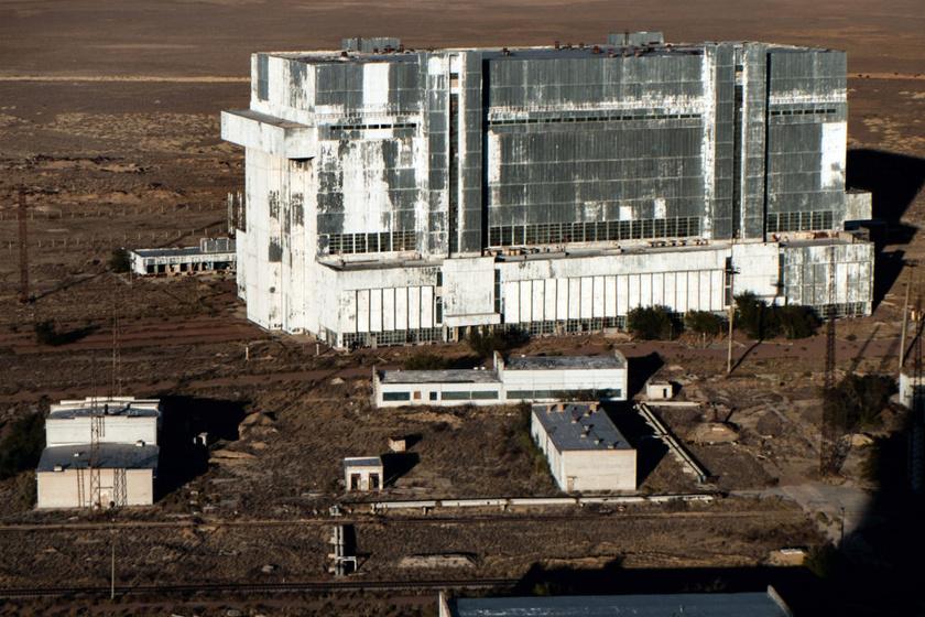 A bajkonuri űrközpont közelében talált szellemhangár mára kívül-belül omladozik.