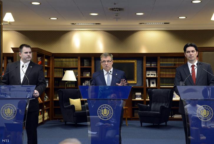Matolcsy György a Magyar Nemzeti Bank (MNB) elnöke (k) beszél a monetáris tanács kamatdöntő ülését követő sajtótájékoztatón Budapesten az MNB épületében 2015. március 24-én. Mellette Windisch László és Balog Ádám az MNB alelnökei.