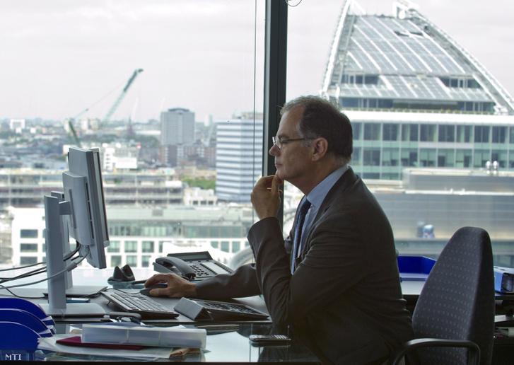 Simor András az Európai Újjáépítési és Fejlesztési Bank (EBRD) alelnöke a Magyar Nemzeti Bank volt elnöke első munkanapján 2013. július 1-jén a bank londoni székházában.