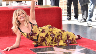 Goldie Hawn még a vörös szőnyegen is stílusosan képes fetrengeni