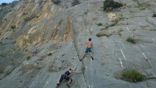 Lezuhant és egy sziklának csapódott egy mászó a Róka-hegyen