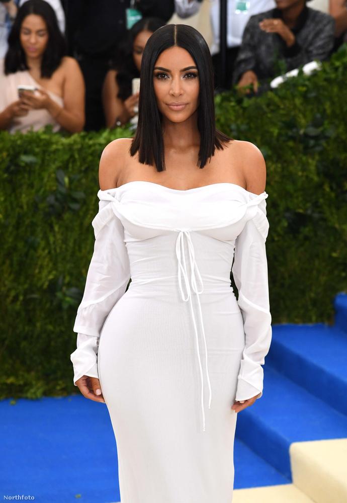 Kim Kardashian pedig meglepően visszafogottan, és Kanye West nélkül érkezett a gálára.