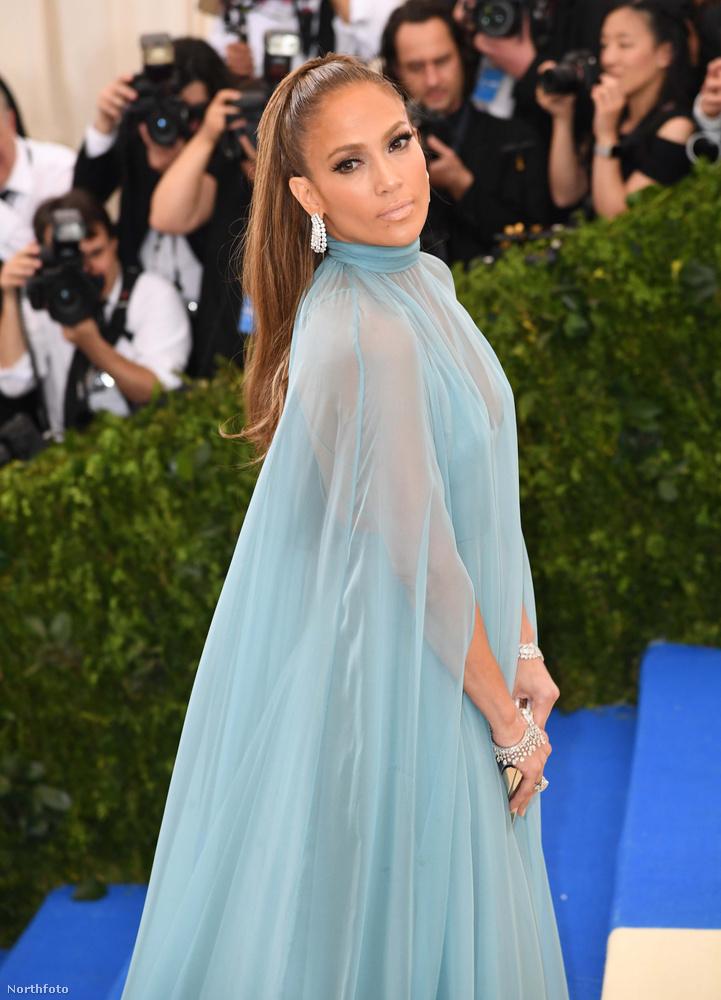 Jennifer Lopez a MET-gálára valamiért kék sátornak öltözött, viszont most először jelent meg a vörös szőnyegen barátjával, Alex Rodriguezzel