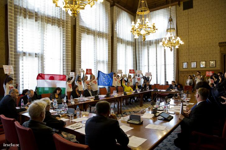 Demonstrálók a civiltörvény-tervezet parlamenti vitáján