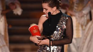 Emma Watson joggal dédelget egy vödör popcornt