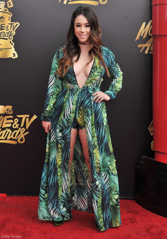 Ez a nő nem Jennifer Lopez, hanem Jillian Rose Reed egy Awkward című sorozatból