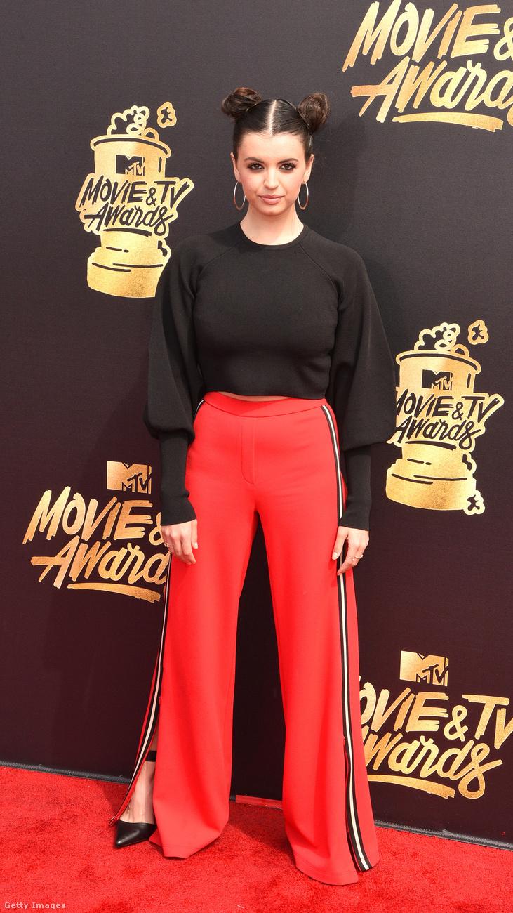 Ja igen, és szintén tornaruhához hasonlatos nadrágban volt a Friday című antislágerrel hírhedté vált, Minnie egér-frizurás Rebecca Black.