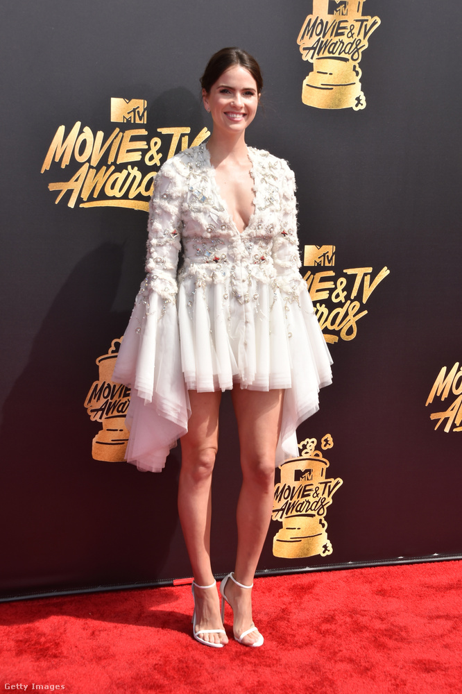 Hasonló fazont viselt Shelley Henning színésznő, csak fehérben, és neki valahogy még rosszabbul áll