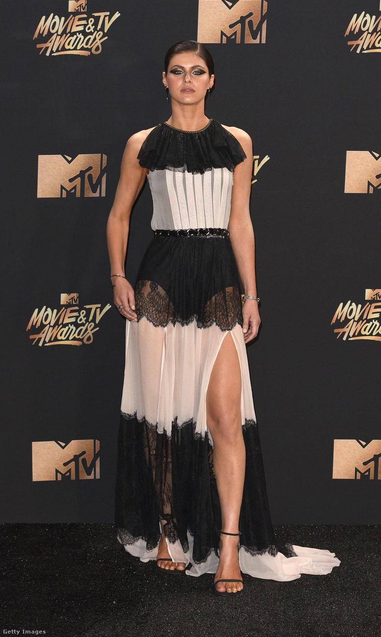 Ő Alexandra Daddario sorozatszínésznő, aki kifejezetten egy bombanő, de itt valahogy szerencsétlen, ahogy a nagyibugyi átlátszik a szoknyán