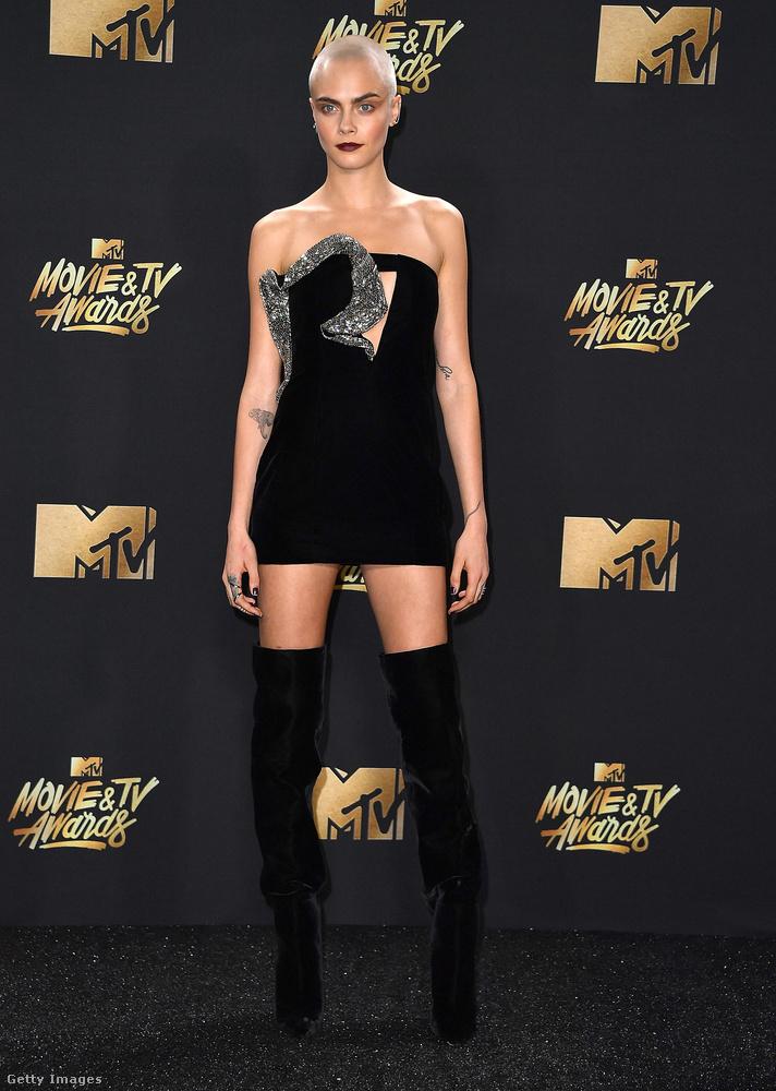 Na de nézzük tovább a többieket! Cara Delevingne modell nem csak kopasz fejével sokkolt, hanem ezzel a teljesen szimpla kis fekete ruhával, amit egy ezüstös kitudjamivel próbáltak érdekessé tenni