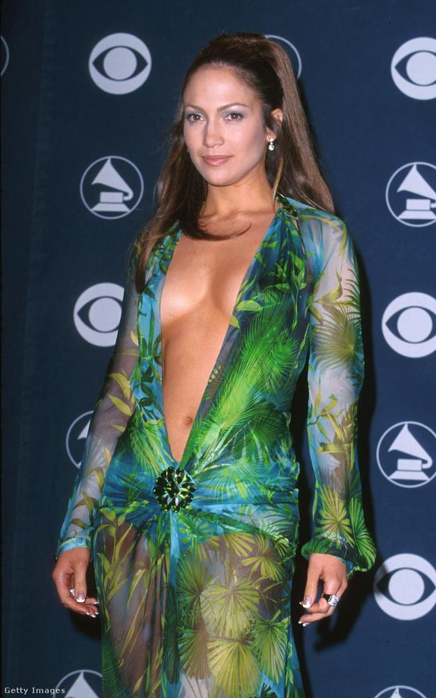 Jennifer Lopez ugyanis így nézett ki 2000-ben, és ez a ruha annyira híres lett ezek miatt a fotók miatt, hogy külön Wikipédia-oldala is van