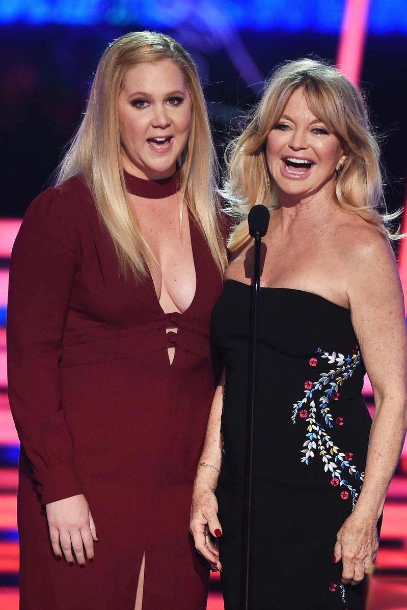 Goldie Hawn és Amy Schumer az Ó, anyám! című filmben alkotnak anya-lánya párost, de a való életben is imádják egymást, és igazán stílusosak voltak együtt a vörös szőnyegen is.