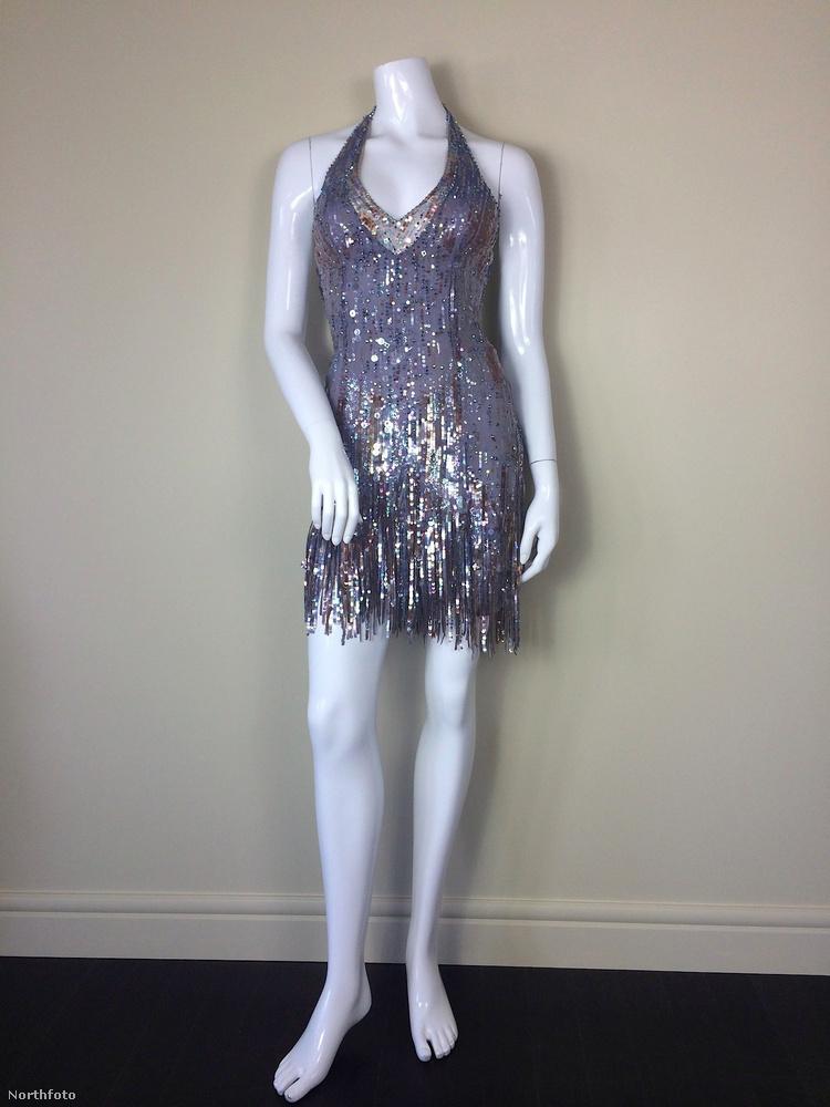 A próbababán kicsit nehezebb felismerni, de ez az ezüstös, flitteres egyrészes is az egyik emlékezetes ruhája a tinisztárnak
