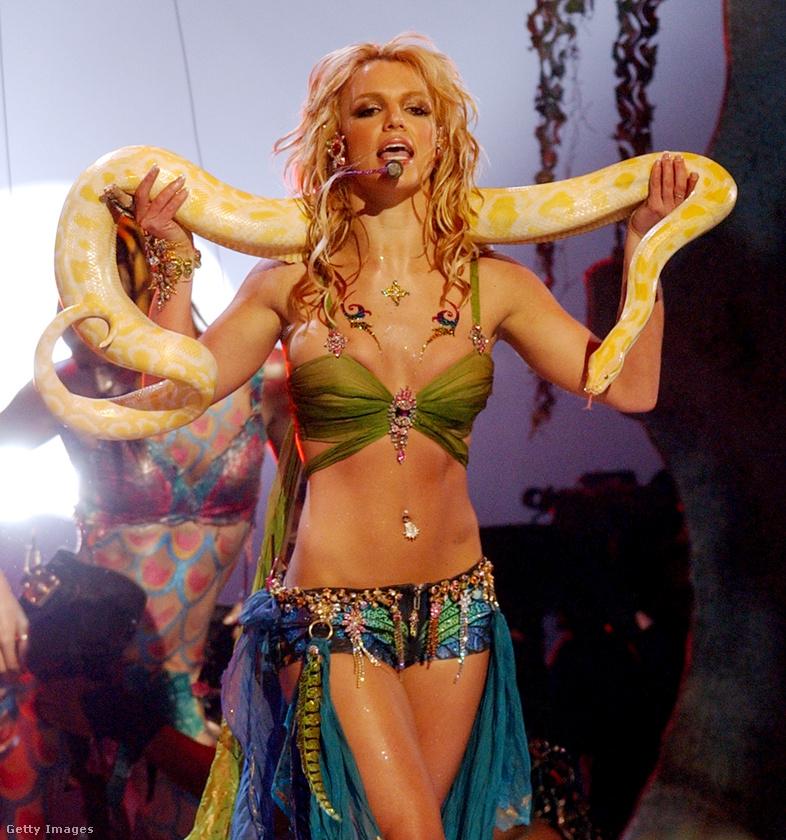 Igen, ez volt az a szett, amit Spears a 2001-es MTV Video Music Awards díjátadón viselt fellépése közben