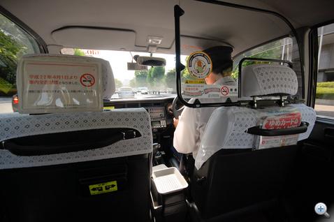 A japán taxi egy érdekes állatfaj, valamikor a kilencvenes években teljesen levált a sorozatgyártású modellekről, de pl. a váltókulissza olyan, mint a mi Camrynkben