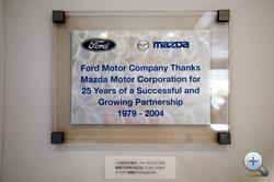 A tábla, amin a Ford-művek megköszöni az együttműködést. Az aulában, fő helyen