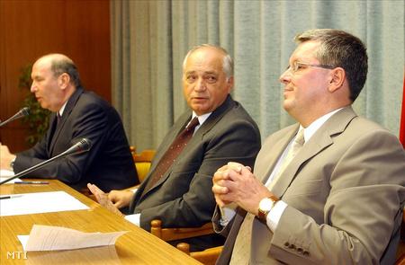 2001. szeptember 10.  Szabó János honvédelmi miniszter és Matolcsy György gazdasági miniszter bejelentette: a honvédelmi, a gazdasági és az igazságügyi miniszter 10 napon belül részletekbe menő tárgyalásokat kezd a 14 Gripen repülőgép bérléséről