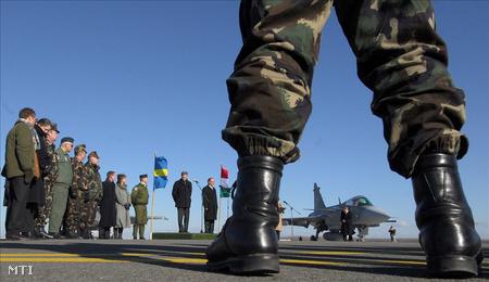 A svéd védelmi miniszter és Szekeres Imre, honvédelmi miniszter  az utolsó 3 Gripen vadászrepülőgép átadás-átvételi ünnepségén Kecskeméten 2008 januárjában