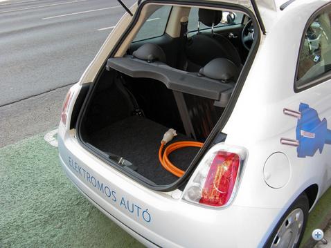 Itt a töltőkábel, ami mindig az autó tartozéka. Ezért baj, hogy nem szabványosak a csatlakozók