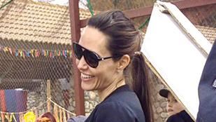 Angelina Jolie fülig érő vigyorral élvezi a reneszánsz vásárt