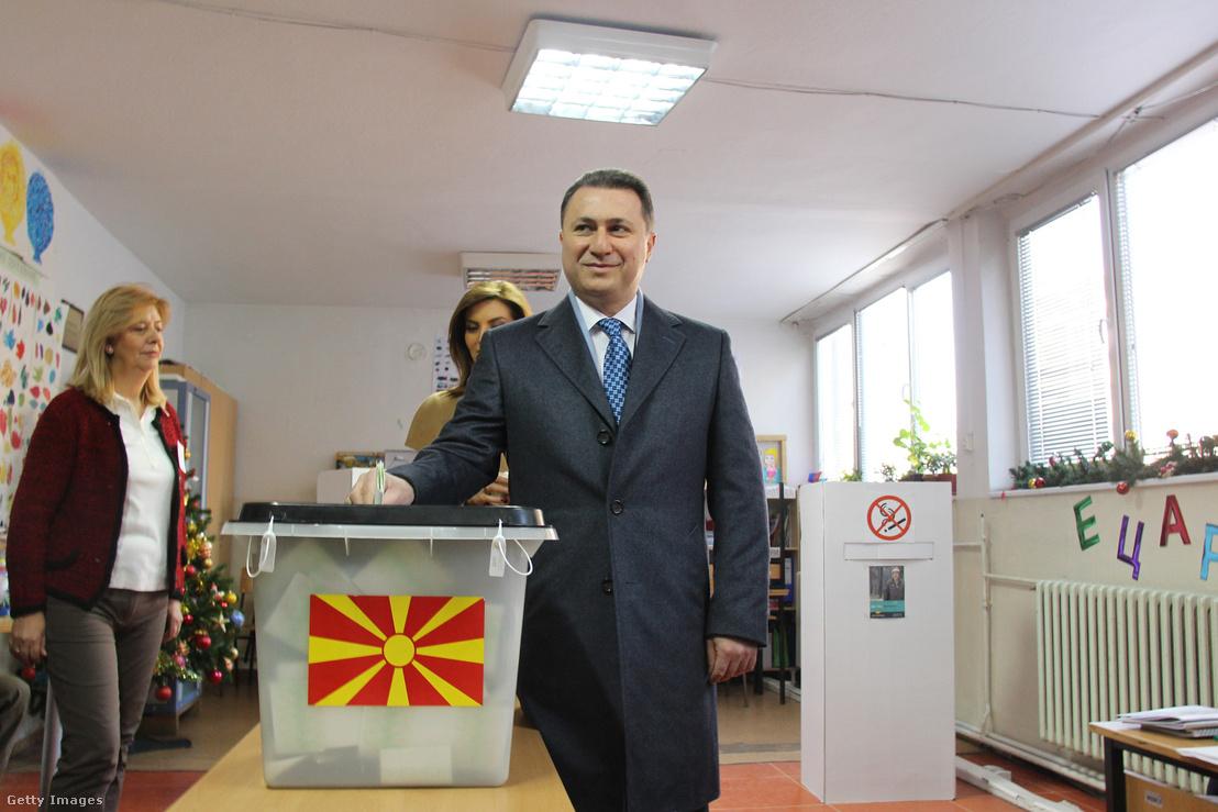 Nikola Gruevski miniszterelnök adja le szavazatát a macedón előrehozott választáson 2016. december 11-én.