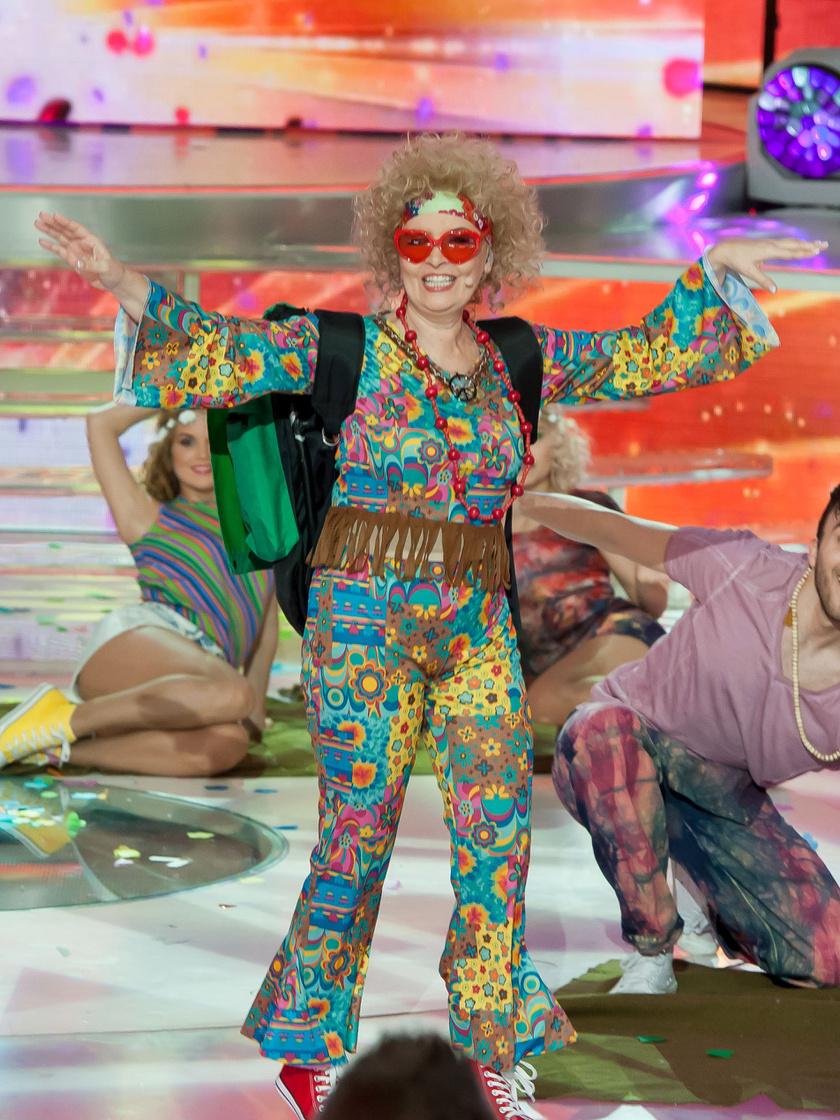 Ábrahám Edit A Nagy Duett hatodik adásában ezt a tarka, hippi kezeslábast is bevállalta. Fotó: TV2