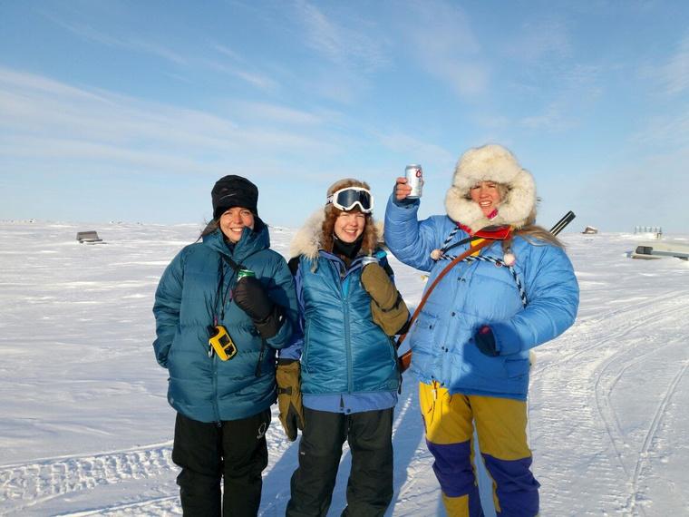 Két norvég nő, egy tréner és egy másik túrázó tart vele
