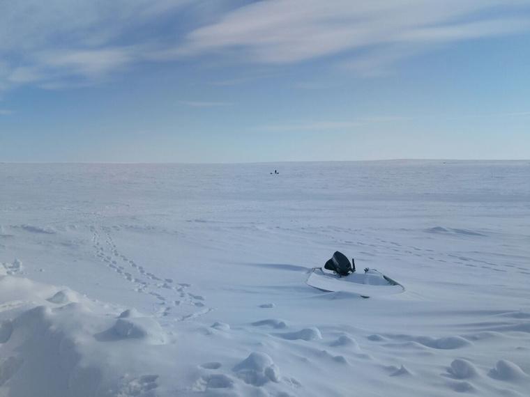 Hol a befagyott tengerjégen, hol a szárazföldi feletti jégen haladnak