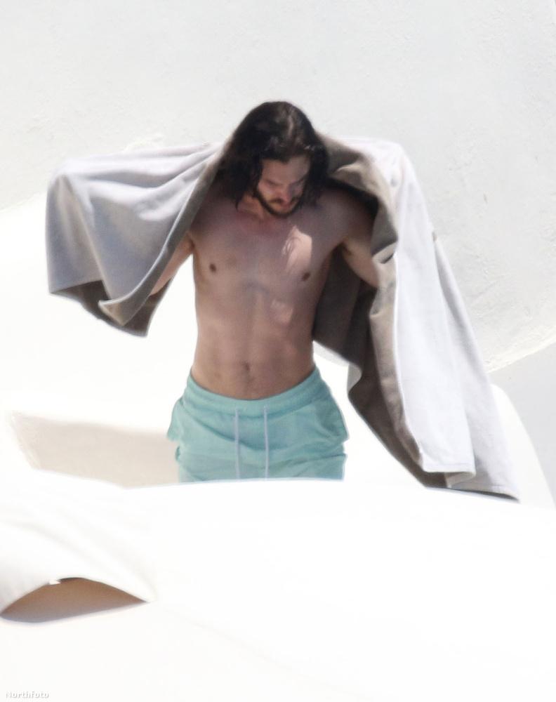 Egész pontosan Santoriniben nyaralt a színész.