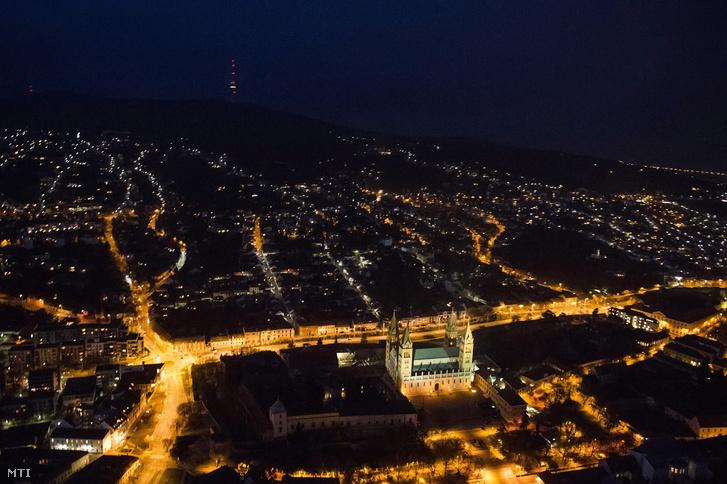 Pécs éjjel egy 2014. novemberi légi felvételen