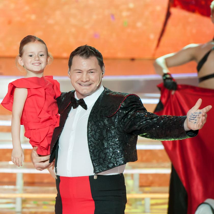 Maja édesanyja duettpartnerének, Erdei Zsoltnak a karjában.