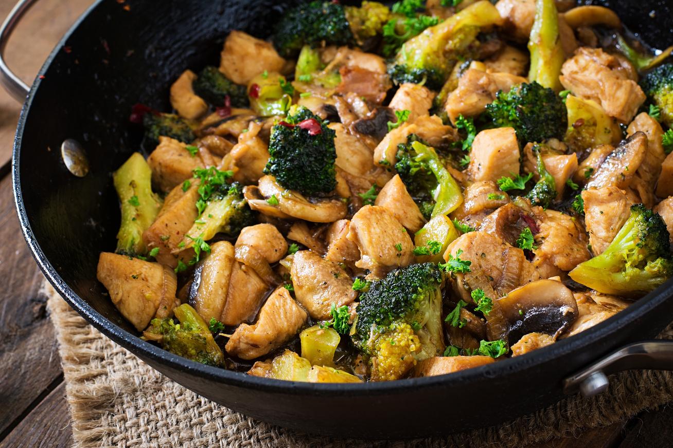 brokkolis-csirkemell-serpenyoben