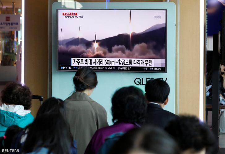 A rakétakísérleteket élőben közvetíti az észak-koreai tv, a vasútállomásokon is ezt nézhetik a vonatra várók