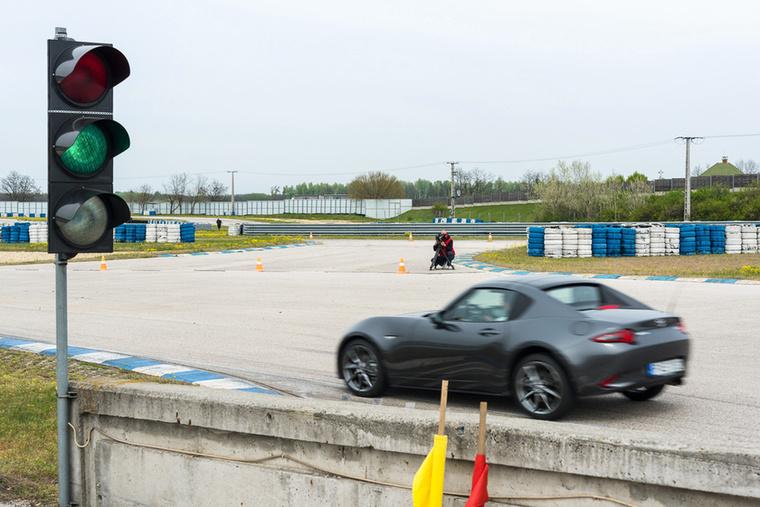 Kupaktanács eredménye: Karotta az MX-5 RF-ben kört kör után csapat, készülnek a vágóképek.