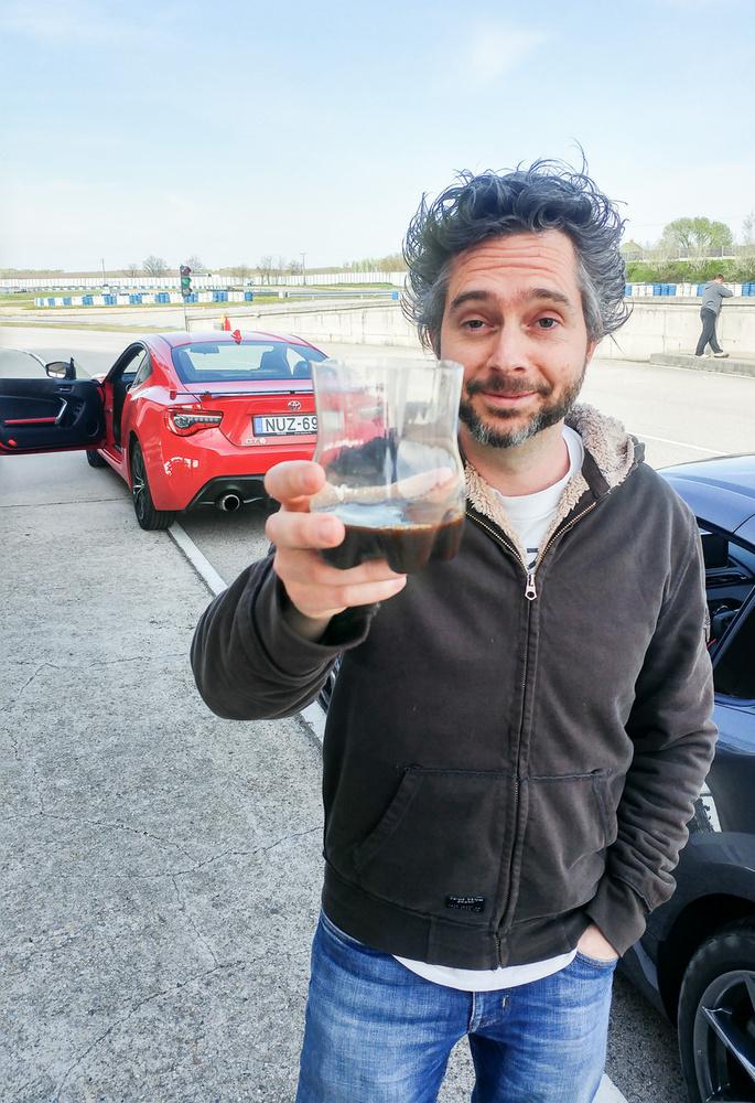 """Karotta szavai a helyzetről: """"Amikor egész éjjel Alfa Giuliát írtál, 8:30-ra bevitted a kölköt az oviba, és aztán hirtelen az Euro-Ringen találod magad egy új GT-86-tal, egy MX-5 RF-fel, és a világ legundorítóbb kávéjával"""