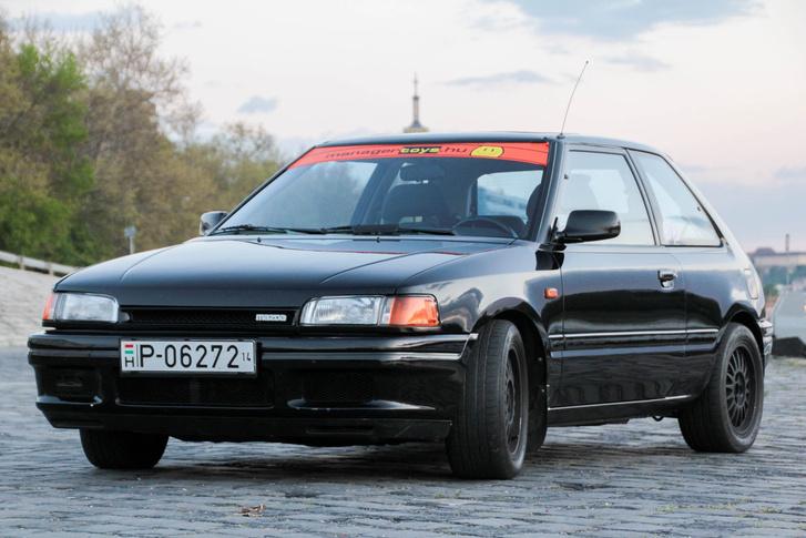 Mazda 323 TXL - ezzel a, lassan már múzeumba való autóval vágunk neki a túrának
