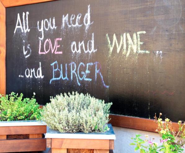 Paletta hitvallás: szerelem, bor, burger... Ez minden, ami kell neked!