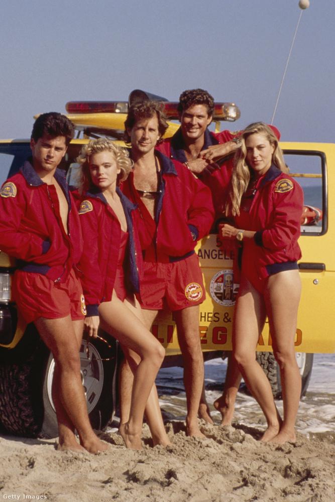 Erika EleniakVissza egy kicsit a tengerpartra!Pamela Anderson mellett ő volt az eredeti Baywatch felállás bomba-szőkesége.A kor meghatározó szexikonjaként, számos naptáron lógott be a férfiak életébe.Kevesen tudják, de a sorozat sikere előtt is szerepelt már filmekben: az E.T
