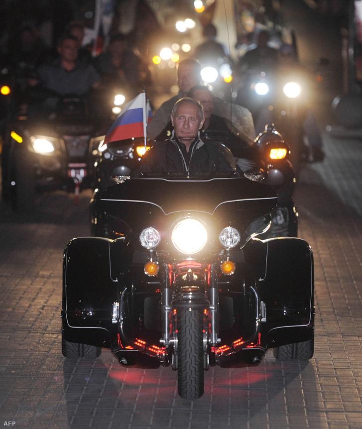 Putyin az Éjszakai Farkasokkal 2011-ben