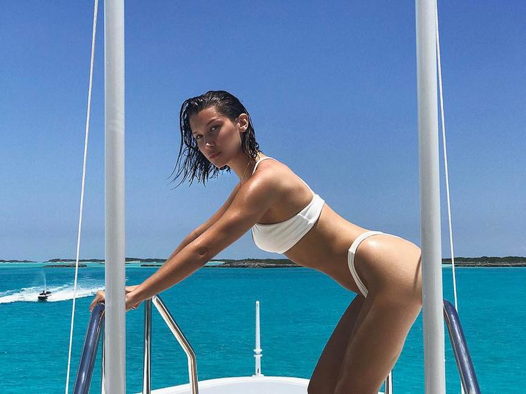 A rúd arra a jachtra van ránőve, amelyen országos barátnőivel, Kendall Jennerrel, Hailey Baldwinnal és Justine Skye-jal heverészi ki az őket ért fáradalmakat