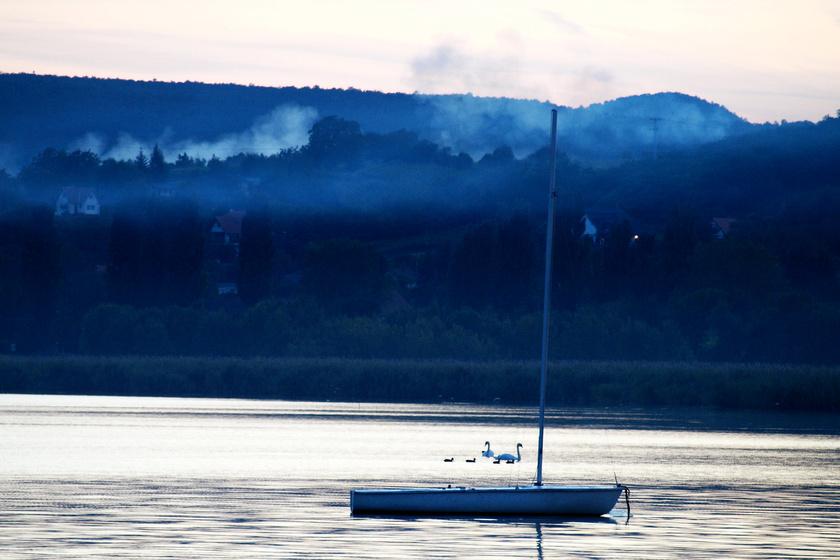 Pálkövén a vízparton hosszú, romantikus vagy magányos sétákat tehetsz. Az egész olyan, mintha egy gyönyörű csendéletbe csöppennél.