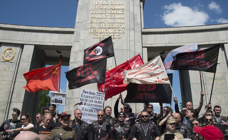 Az Éjjeli Farkasok a berlini világháborús emlékműnél 2016. május 9-én