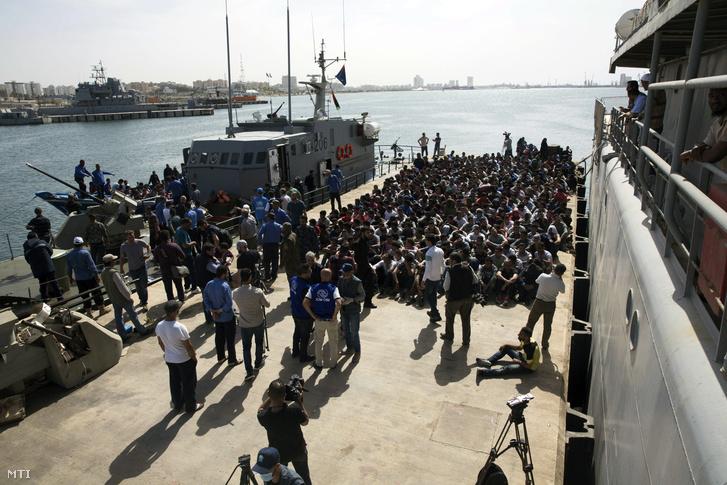 Migránsok érkeznek az Abosetta tengerészeti bázisra a líbiai parti őrség hajóján Tripoliban 2017. május 10-én.