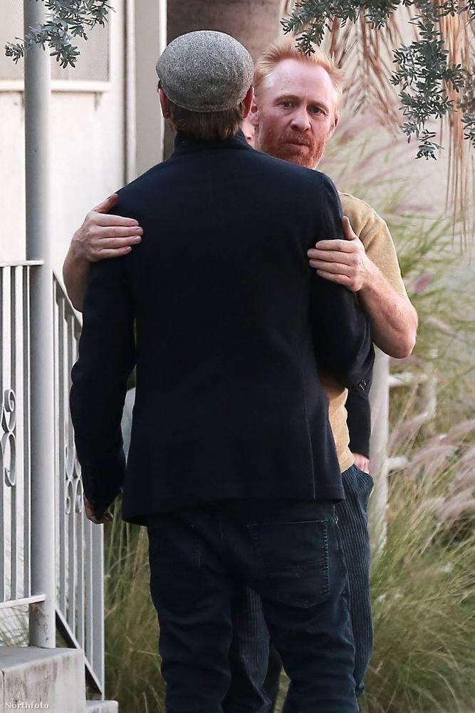 Az idei Coachella fesztiválon Orlando Bloommal együtt bulizó színész Brad Pitt Los Angeles-i művészeti stúdióját látogatta meg az édesapjával