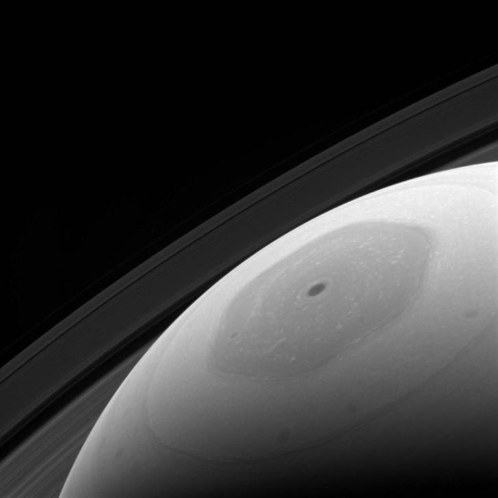 Habár a Szaturnusz sarkvidékére is jóval kevesebb napfény jut, mint az egyenlítője körül lévő területre, így is sok részlet kivehető a tudósok számára a Cassini fotóján. Érdemes azt is tudni, hogy a Szaturnusztól közel tízszer olyan messze van a Nap, mint a Földtől. A fotó a Szaturnusz felszínétől mintegy 900 ezer kilométerre készült, az eredeti fotó minden pixele 54 kilométer távolságnak felel meg. (Az eredeti képhez vezető linket a cikk végén találják.)