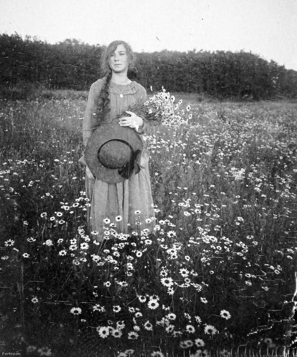 A virágszedés kibontott hajjal és szalmakalappal szintén a fiatal leányok tevékenységkörébe tartozott. Kalocsa Róza vagy Wohl Janka, a két legnépszerűbb illemtankönyv-szerző is csak helyeslő apró fejbillentéssel nyugtázta volna.